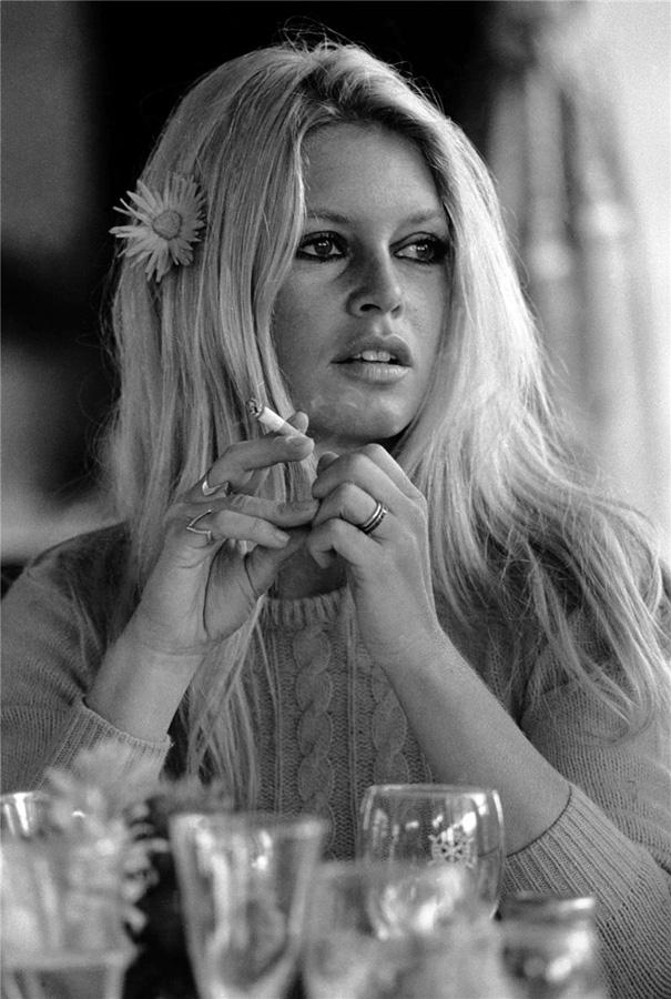 famouswoman 21 37 роковых красавиц и сигареты