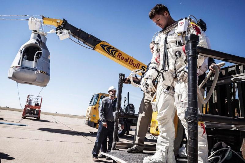 Феликс Баумгартнер совершил прыжок из космоса