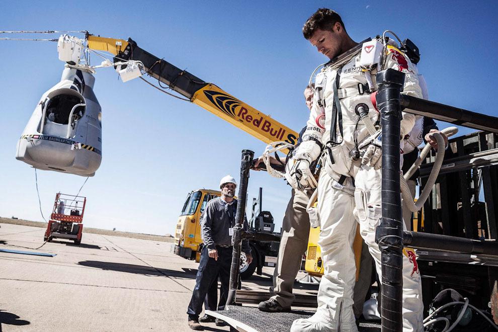 space01 Феликс Баумгартнер совершил прыжок из космоса