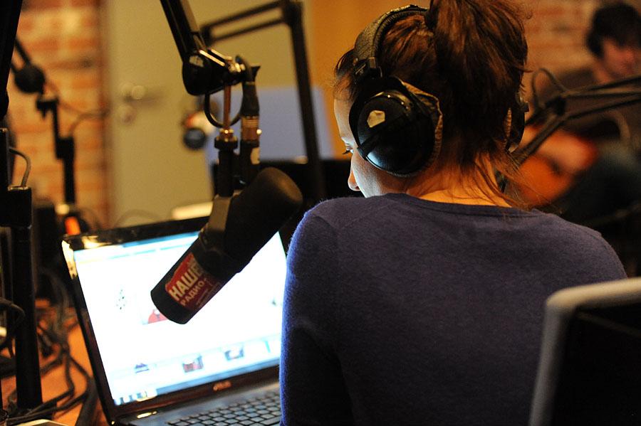 2113 А я болею от радио, радио, радио, радио...