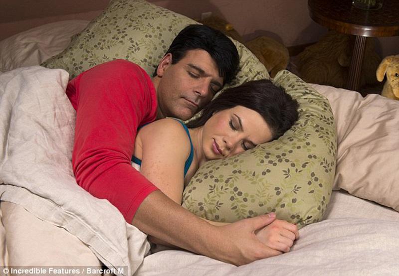 Пежня с женщиной под одеялом со спящей 83