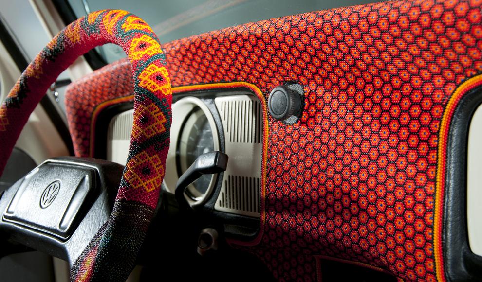 Он полностью покрыт бисером, выложенным в виде орнамента по примеру искусства мексиканских индейцев уичоль.