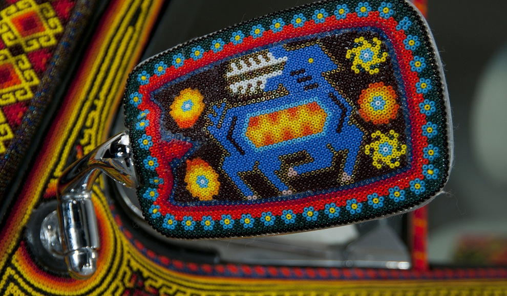 Вот такую машинку,Volkswagen Beetle 1990 года, украсили в Германии бисером по примеру индейского народа уичоль из...