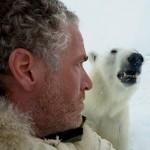 Леденящие душу кадры – белый медведь пытается сожрать человека