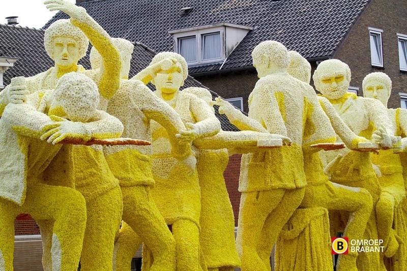 flowersculptures 4 Грандиозные скульптуры из цветов в голландском Зюндерте