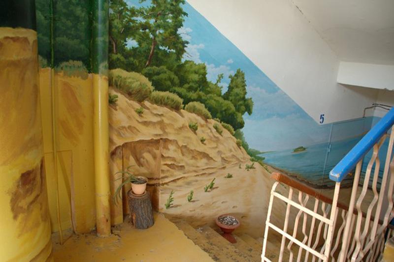 Рисунки на панелях стен подъездов домов