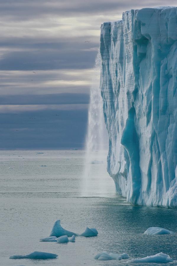 Огромные водопады в ледниках заповедника Свальбард Svalbard-3