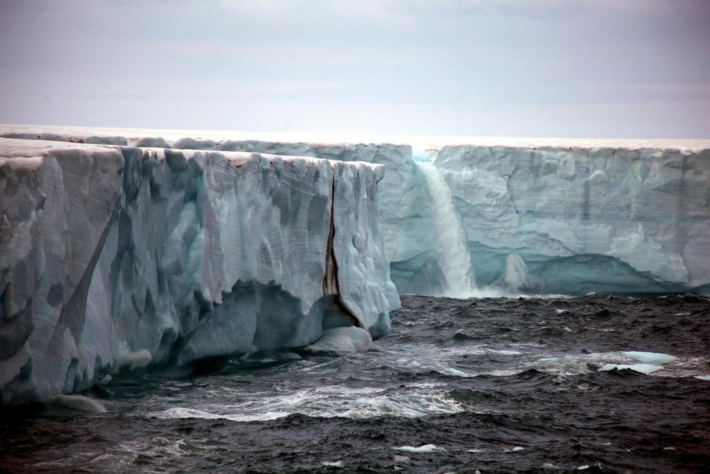 Огромные водопады в ледниках заповедника Свальбард Svalbard-5