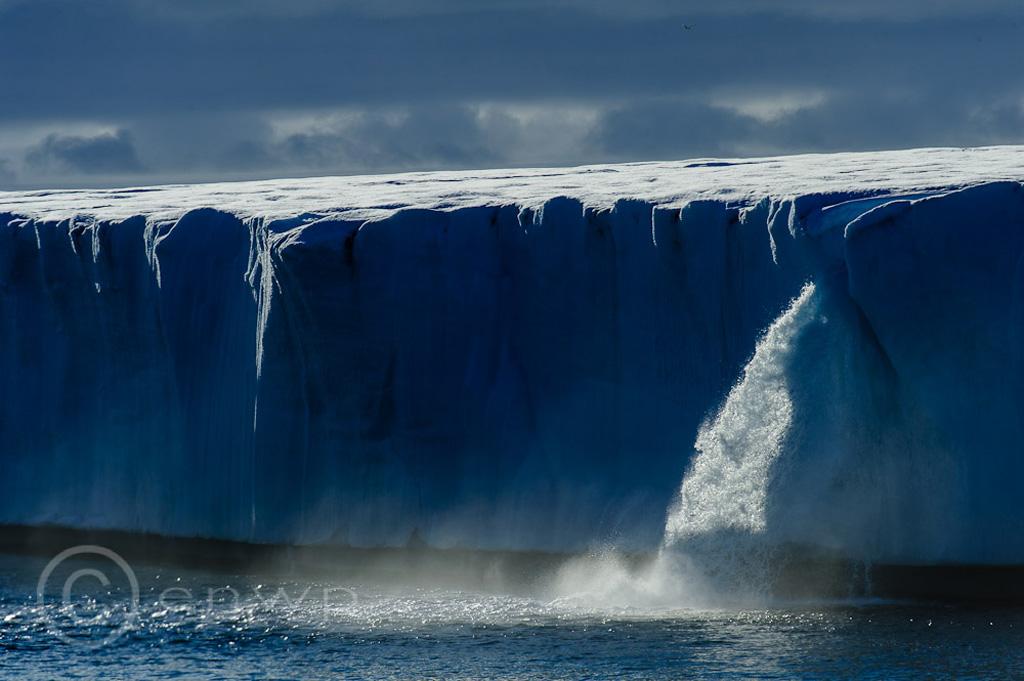 Огромные водопады в ледниках заповедника Свальбард Svalbard-6