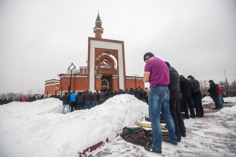 Пятничная молитва у мемориальной мечети в Москве вызывает транспортный коллапс