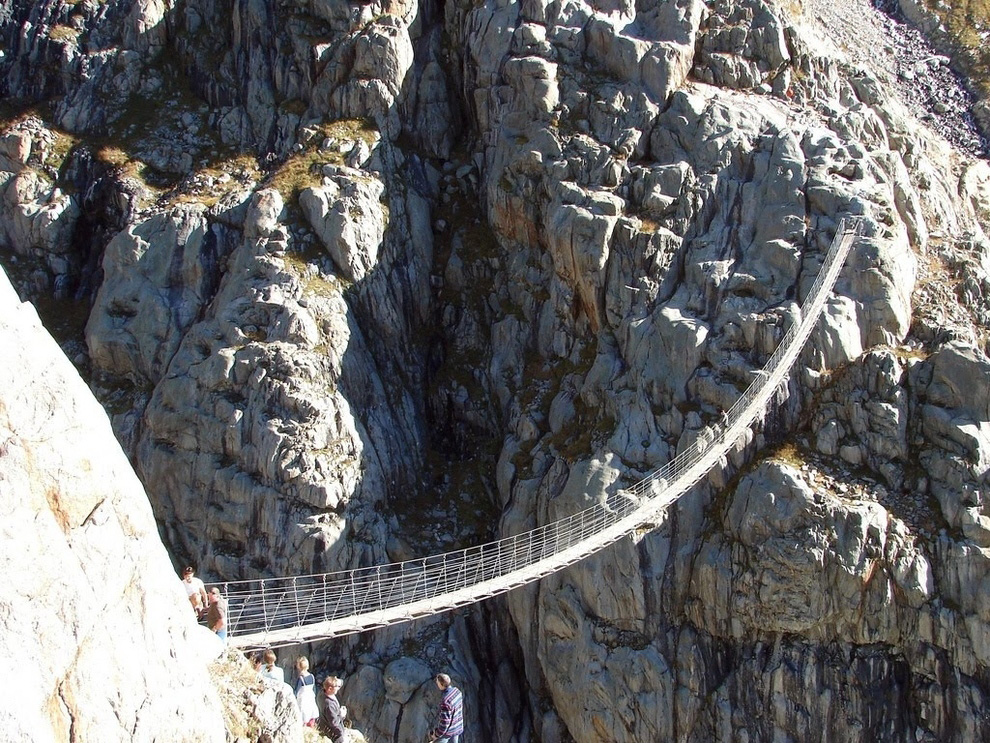 http://bigpicture.ru/wp-content/uploads/2012/12/Insane-Hanging-Bridges-21.jpg
