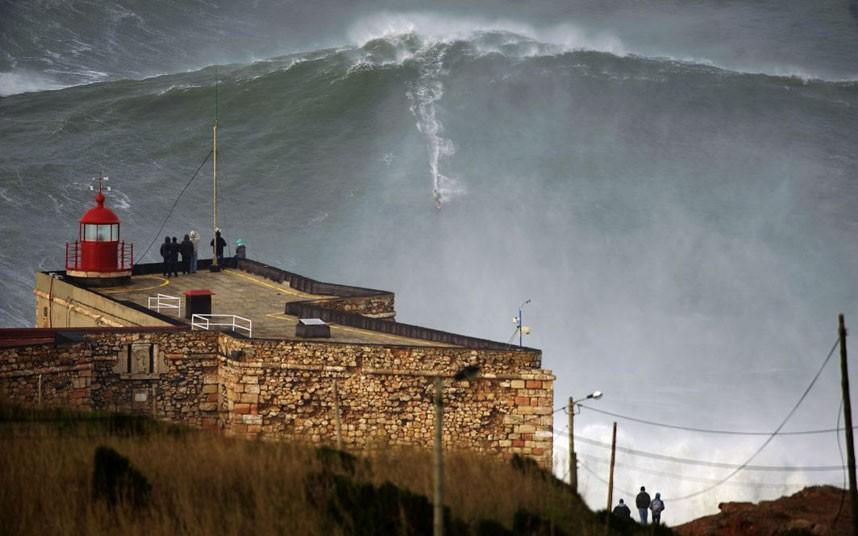 McNamara01 Гавайский серфер на огромной волне в Португалии