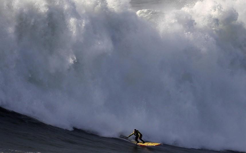 McNamara02 Гавайский серфер на огромной волне в Португалии