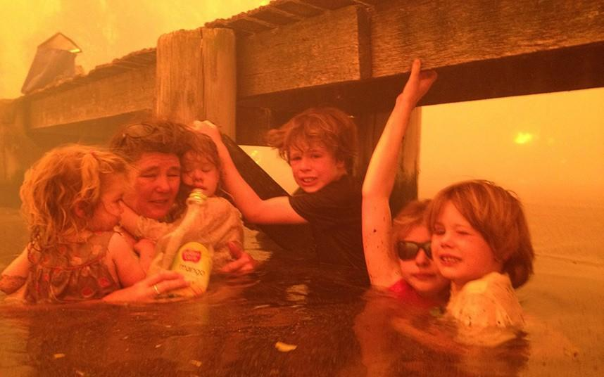 infire01 В Австралии семья спаслась от пожара в море
