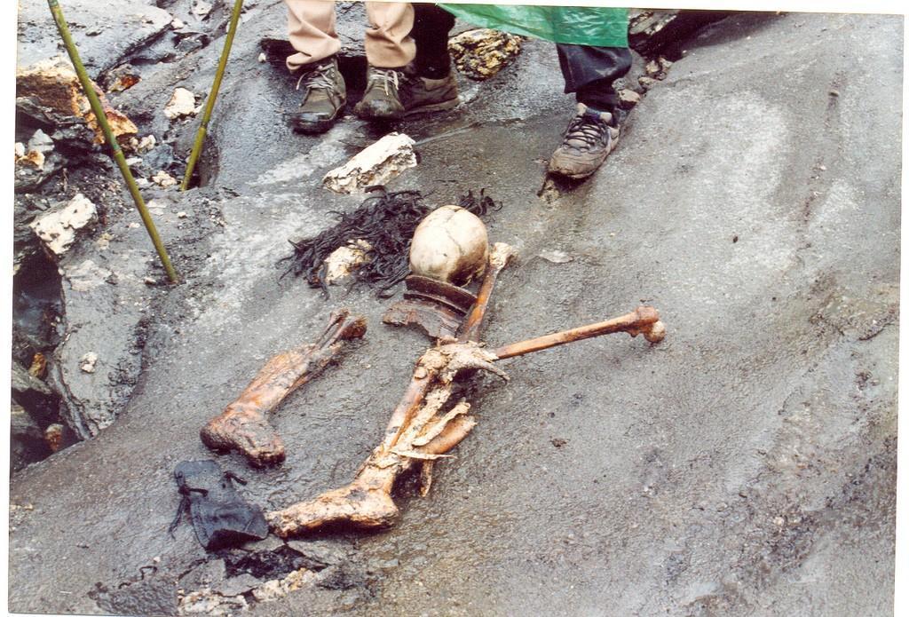 skeletons05 Озеро скелетов Роопкунд в Индии