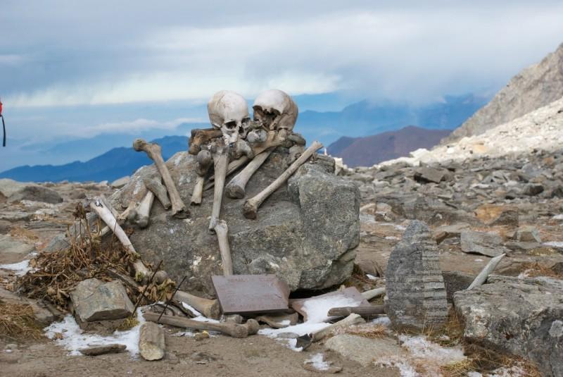 skeletons07 800x535 Озеро скелетов Роопкунд в Индии