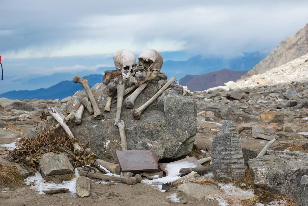 skeletons07 Озеро скелетов Роопкунд в Индии