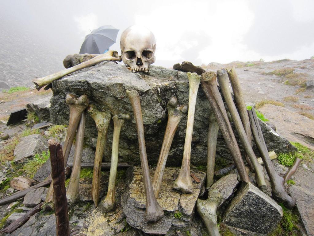 skeletons08 Озеро скелетов Роопкунд в Индии