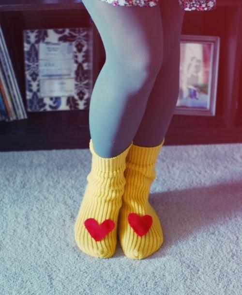 27. Сделайте тапочки из рукавов свитера.