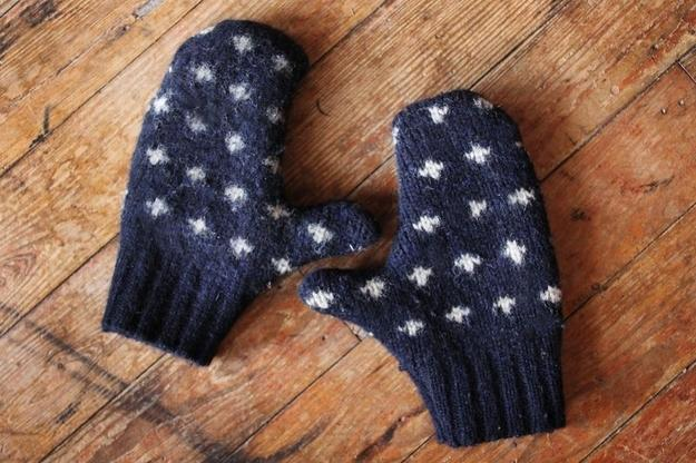 И снова идея по утилизации старого свитера.  Вы можете за несколько минут получить стильную вязаную шапочку для...
