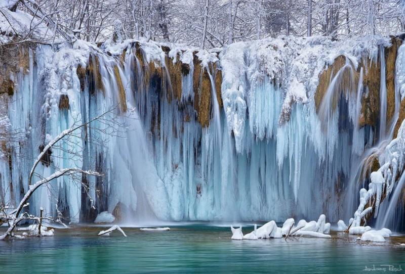 Удивительные замерзшие водопады по всемумиру