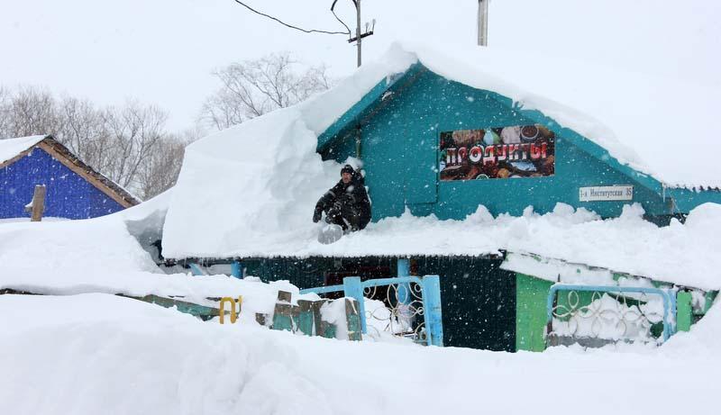 Последствия сильнейшего снегопада на Сахалине