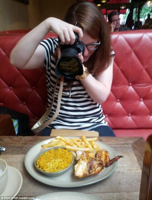 taking photographs of their food 1 Прежде чем съесть   сфотографируй