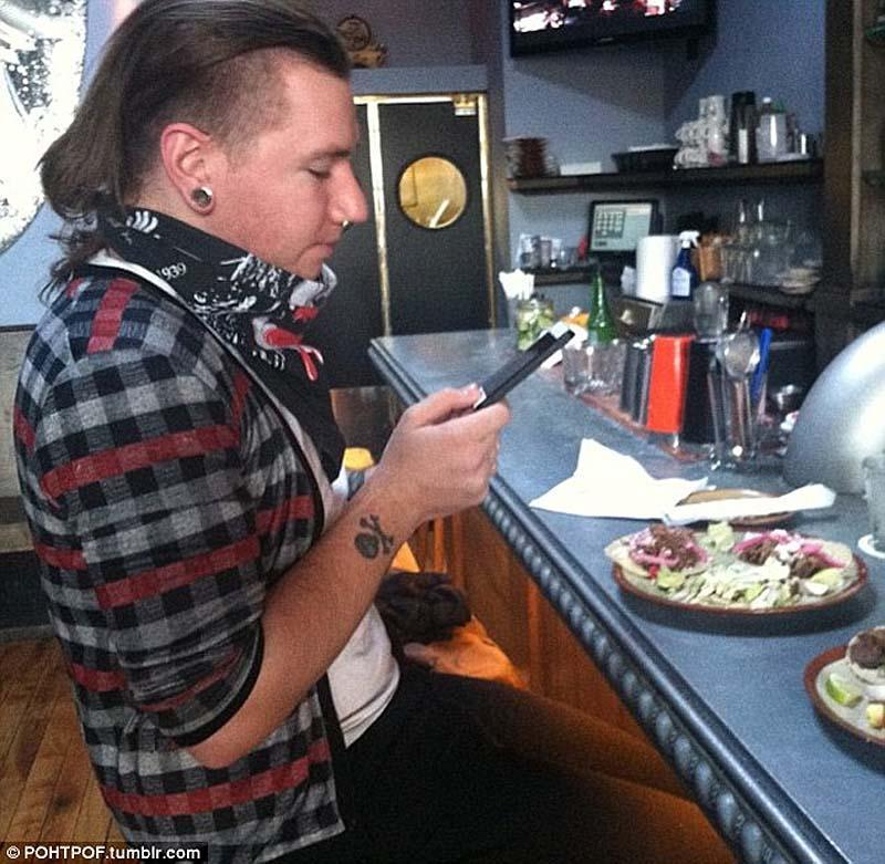 taking photographs of their food 11 Прежде чем съесть   сфотографируй