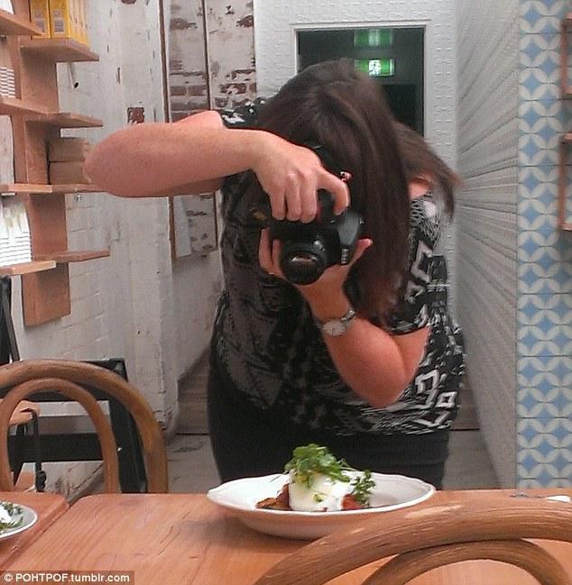 taking photographs of their food 7 Прежде чем съесть   сфотографируй
