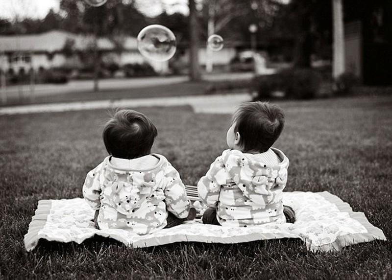 twins07 Когда в семье девочки близняшки