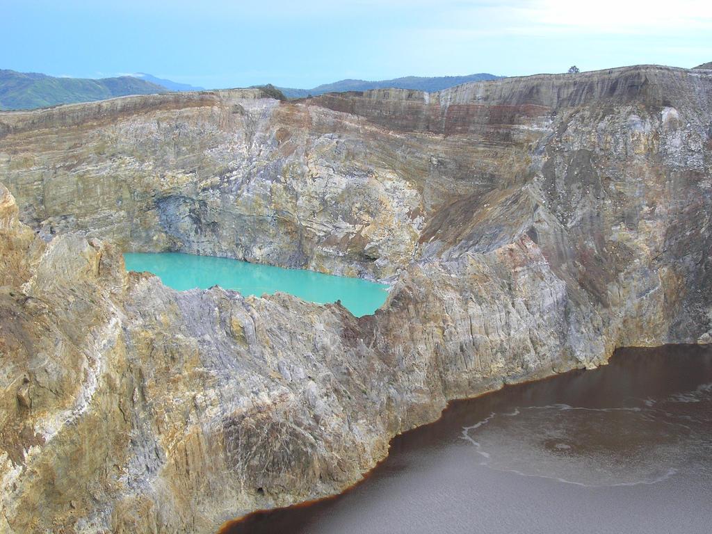 118777504 70f4c97531 b Уникальные трехцветные озера в кратере вулкана Келимуту
