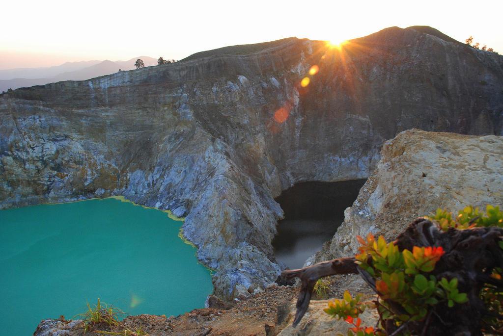 2943279159 ac95988dc4 b Уникальные трехцветные озера в кратере вулкана Келимуту