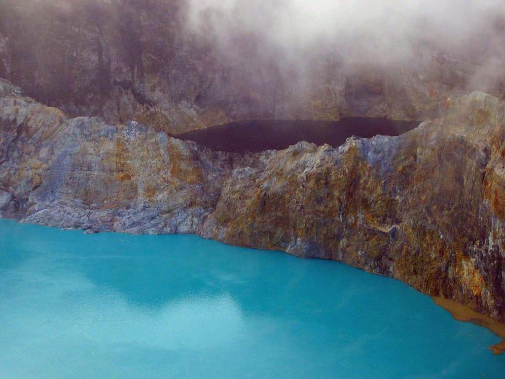3101603653 a75e745104 b Уникальные трехцветные озера в кратере вулкана Келимуту