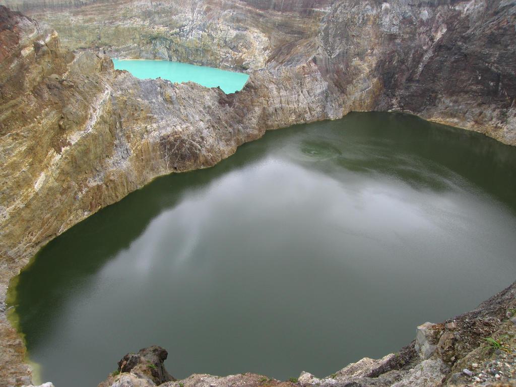 3470465749 3d1f1a6d87 b Уникальные трехцветные озера в кратере вулкана Келимуту