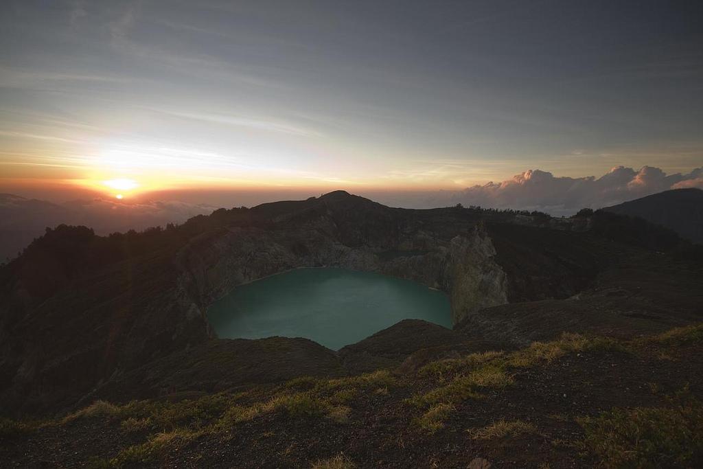 3898176385 6ab81da410 b Уникальные трехцветные озера в кратере вулкана Келимуту