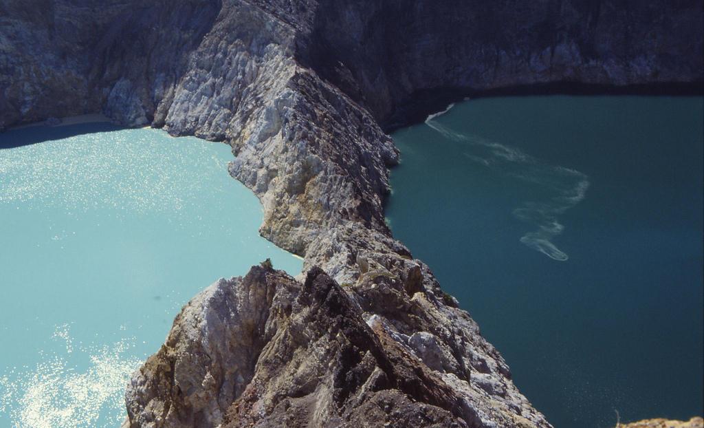 4571683204 015568ab24 b Уникальные трехцветные озера в кратере вулкана Келимуту