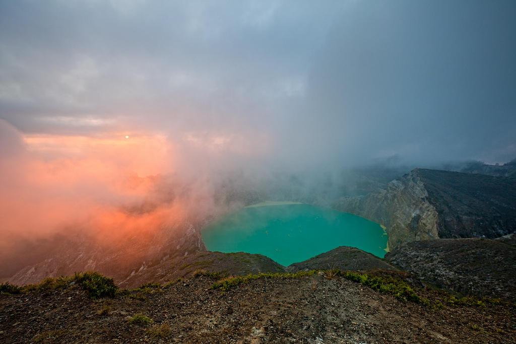 6061926651 4b37a48b05 b Уникальные трехцветные озера в кратере вулкана Келимуту