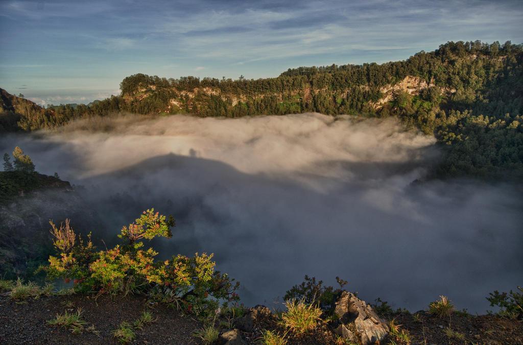 8046547074 82149620eb b Уникальные трехцветные озера в кратере вулкана Келимуту