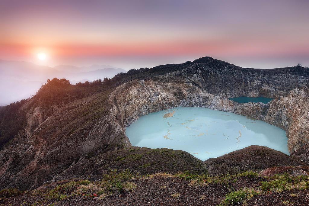 8178264580 0f01a10d1a b Уникальные трехцветные озера в кратере вулкана Келимуту