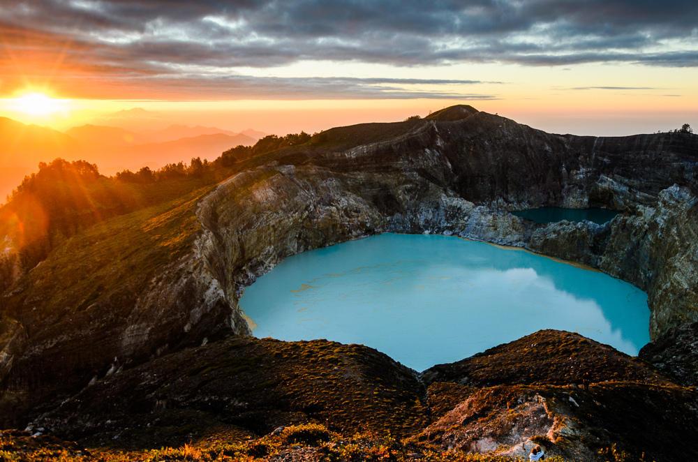 8238768416 fe67ba8db7 b Уникальные трехцветные озера в кратере вулкана Келимуту
