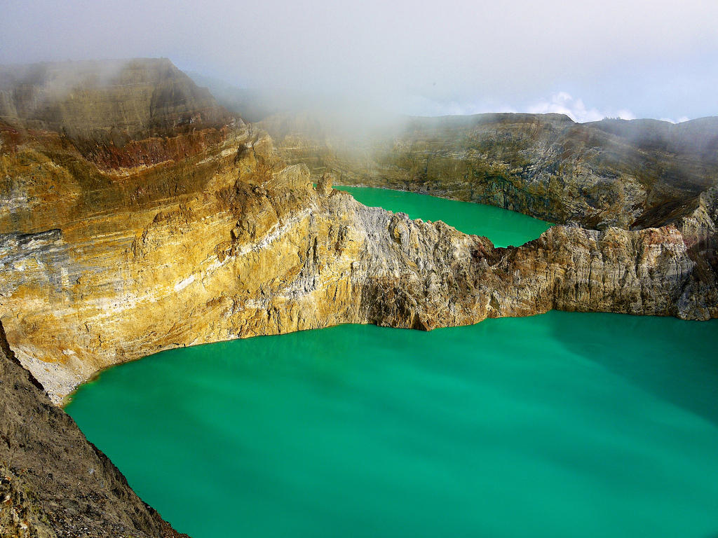 8701541772 b1c71da7c0 b Уникальные трехцветные озера в кратере вулкана Келимуту