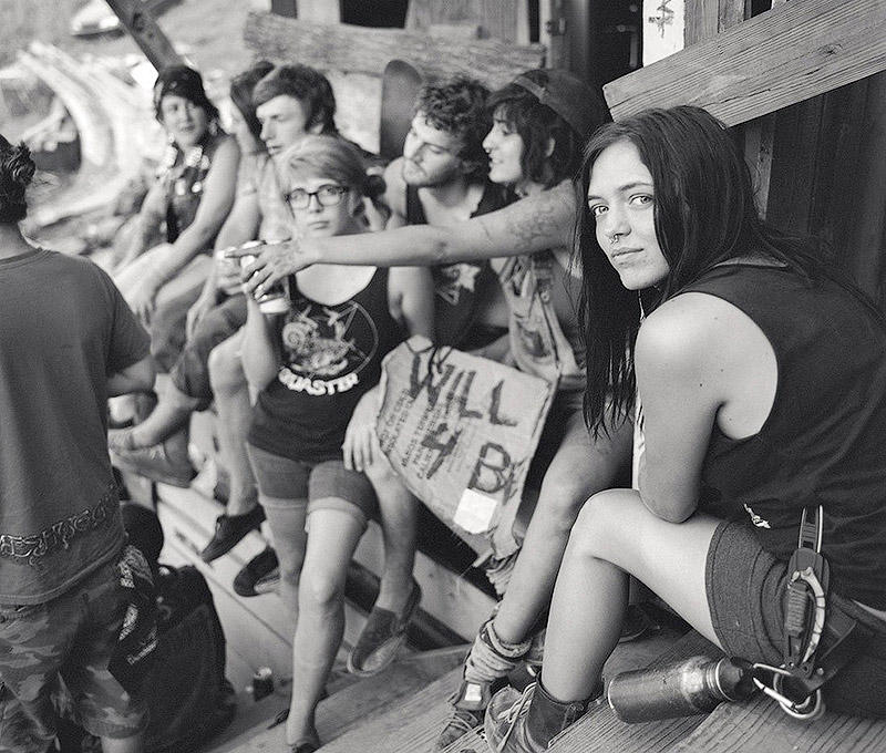 В передышках от трэша и угара на фесте скейтбордистов-анархистов