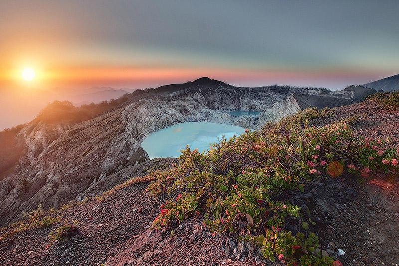 Уникальные трехцветные озера в кратере вулкана Келимуту