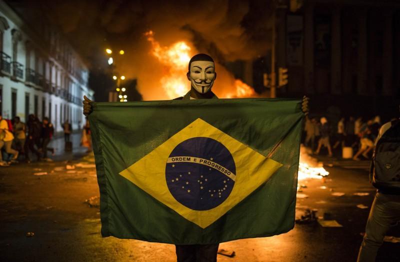 Бразилия массово протестует против бедности и футбола