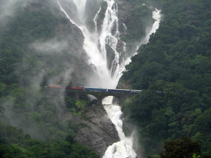 rwfaterfall01 800x600 Железная дорога под водопадом