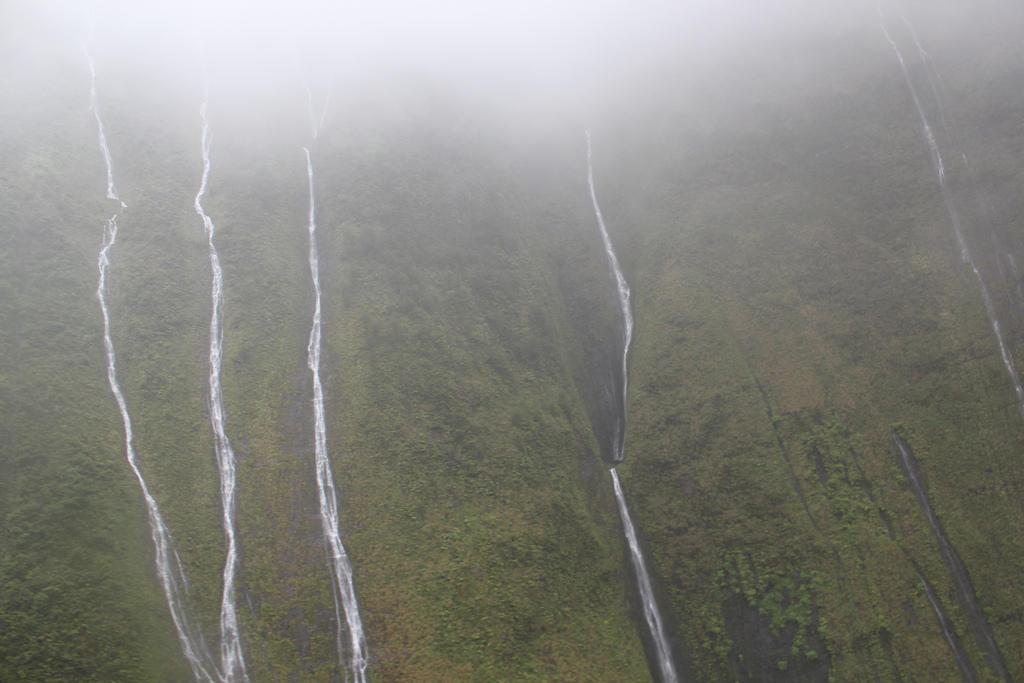 6890173534 144cd84e31 b Стена слез: водопад Хонокохау на Гавайях