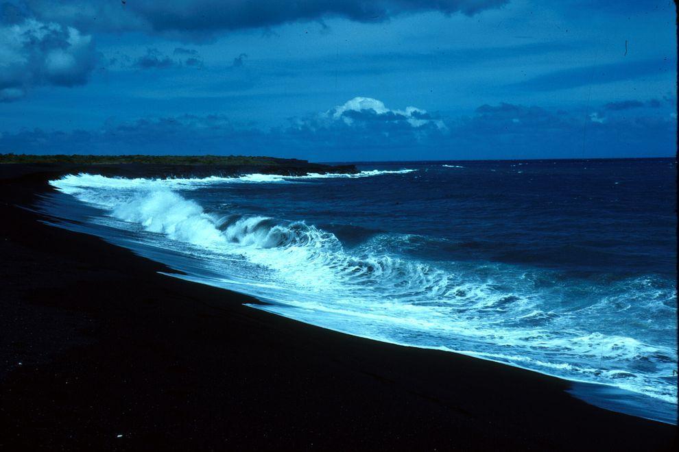 BlackSand02 15 невероятных пляжей с черным песком