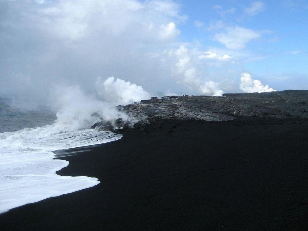 BlackSand06 15 невероятных пляжей с черным песком