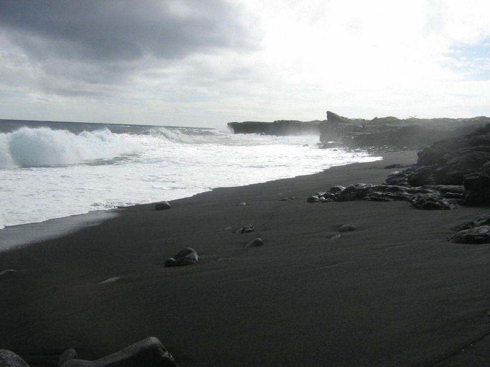 BlackSand12 15 невероятных пляжей с черным песком