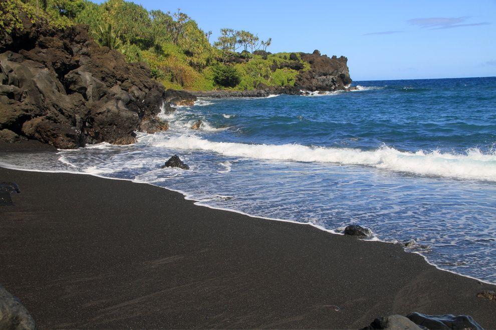 BlackSand13 15 невероятных пляжей с черным песком